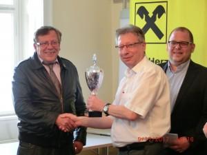 Mag. Christian Kindl (links) übergibt Pokal an Kurt Broneder (Mitte). Rechts Obmann des SV Stockerau Ewald Haslinger