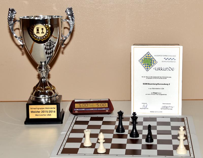 Pokal und Urkunde für den Schachverein Korneuburg als Meister in der Weinviertler Liga 2015/2016
