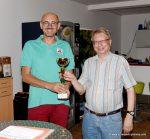 Pokalübergabe an Lothar Handrich (Vereinsmeisterschaft unter 1650 ELO)