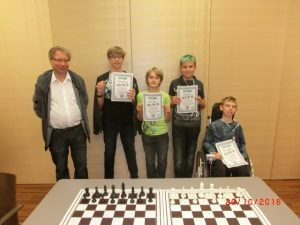Mannschaftsfoto nach dem Turnier v.l.n.r. Obmann Kurt Broneder mit den Teilnehmern Kurt Broneder, Arthur Wittek, Felix Bendl und Kevin Stieger