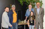 Übergabe des mexikanischen Schachspieles als Tombola-Hauptpreis. Von links GR Rainer Halwachs, Gewinner Alexander Kutschker, GR Johann Pirgmayer, Glücksengerl Carmina Handrich und Obmann Lothar Handrich